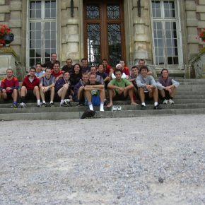2004-09 Liré Stage Frisbeurs - Les Frisbeurs devant le chateau